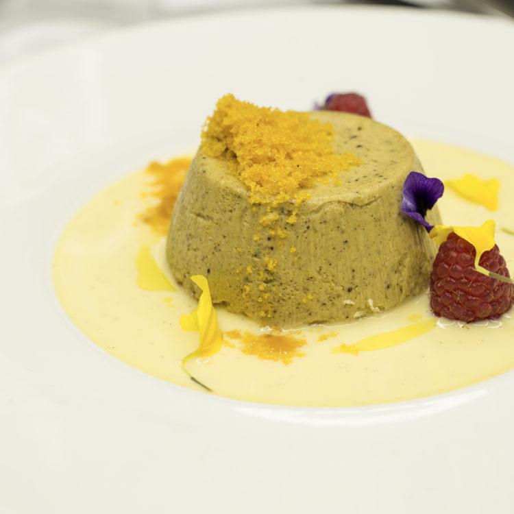 Dolce cremoso al pistacchio con bottarga di muggine, lamponi e cioccolato